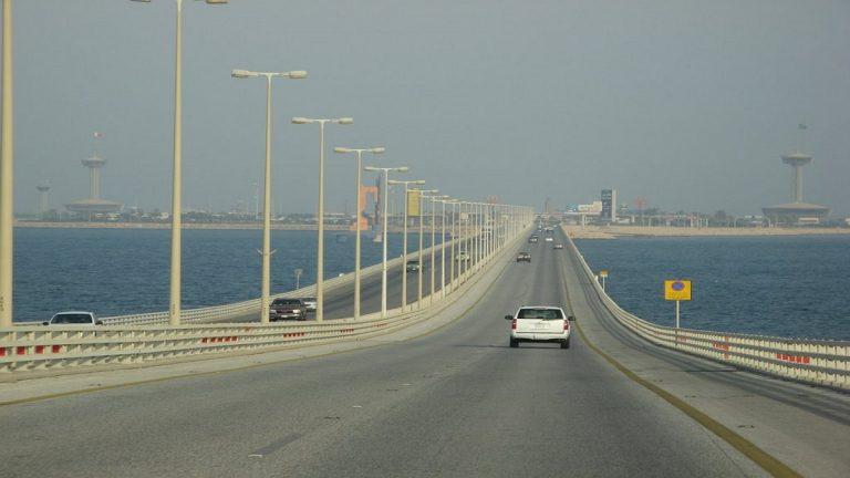 السعودية والبحرين توقعان عقدا لعمل جسر بين البلدين